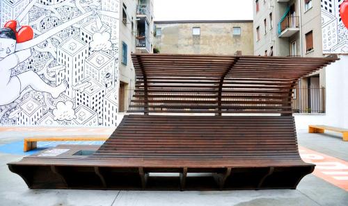 Una panchina nel Giardino delle Culture, vista frontale. Ph. Comune Milano