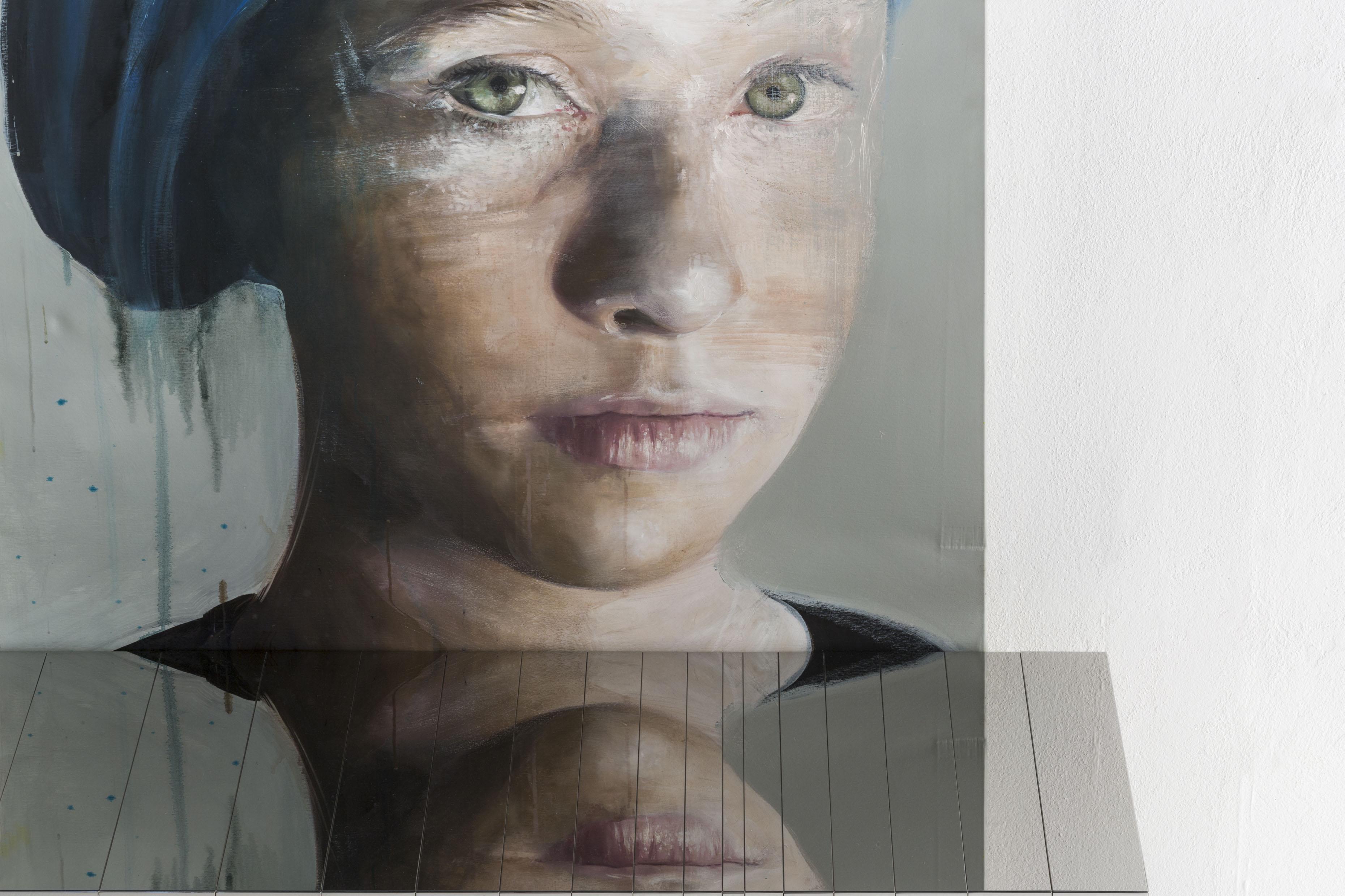 Emma con turbante blu II di Roberta Coni si specchia in Stars