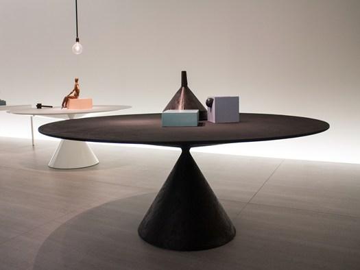 Il tavolo scultura Clay disegnato per Desalto da Marc Krusin