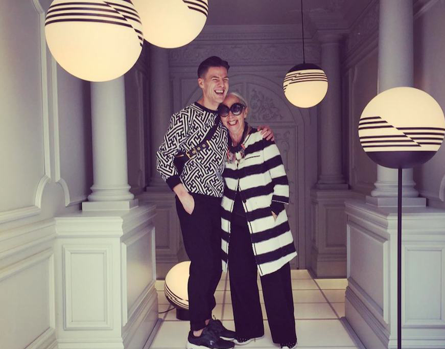 Lee Broom abbraccia Rossana Orlandi il primo giorno del tour per le location del Fuorisalone