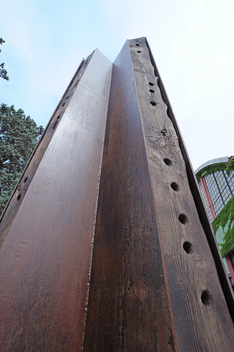 Lo slancio verticale di Obelisco, artista Maria Carlini, foto Mimmo Capurso