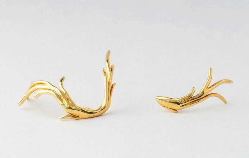 Orecchini in oro di Inner Gestalt Jewellery, vincitrice di Homi Maker Design Award