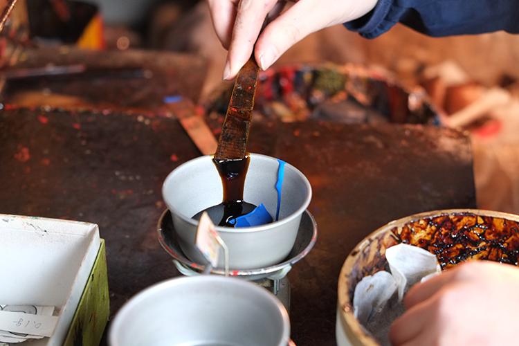 Preparazione della lacca giapponese secondo la tecnica tradizionale Urushi, di Maruyoshi Kosaka