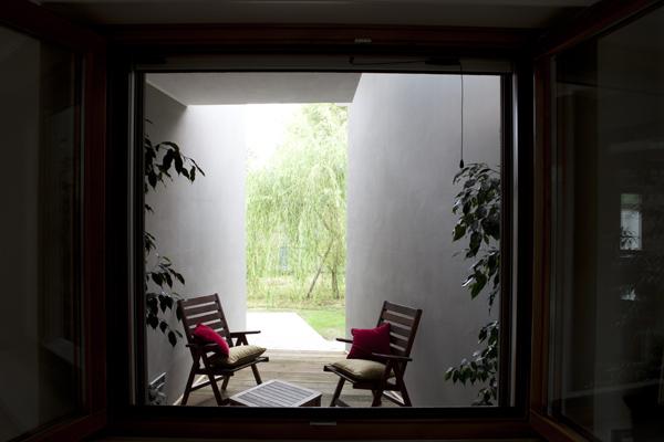 Un particolare delle aperture nella Casa cerniera di VMCF Atelier, ph. Alessandro Belgiojoso