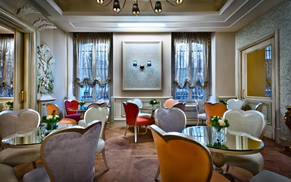 Una sala dell'hotel Chateau Monfort a MIlano, arredo di Veneta Sedie