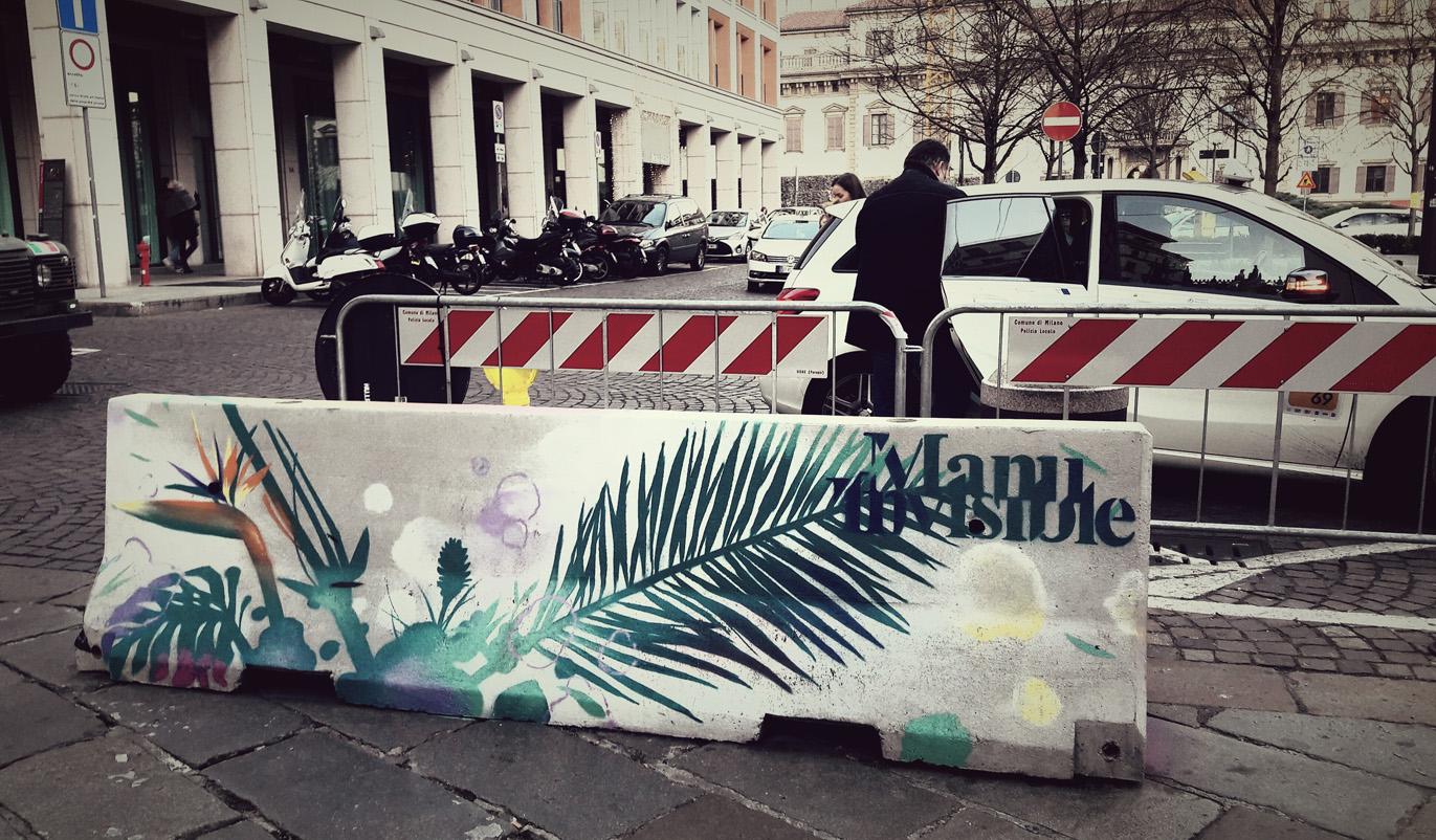 Fronde tropicali sulle barriere di Piazza Fontana