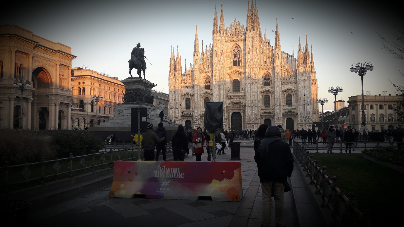 Una barriera anticarro decorata in Piazza Duomo