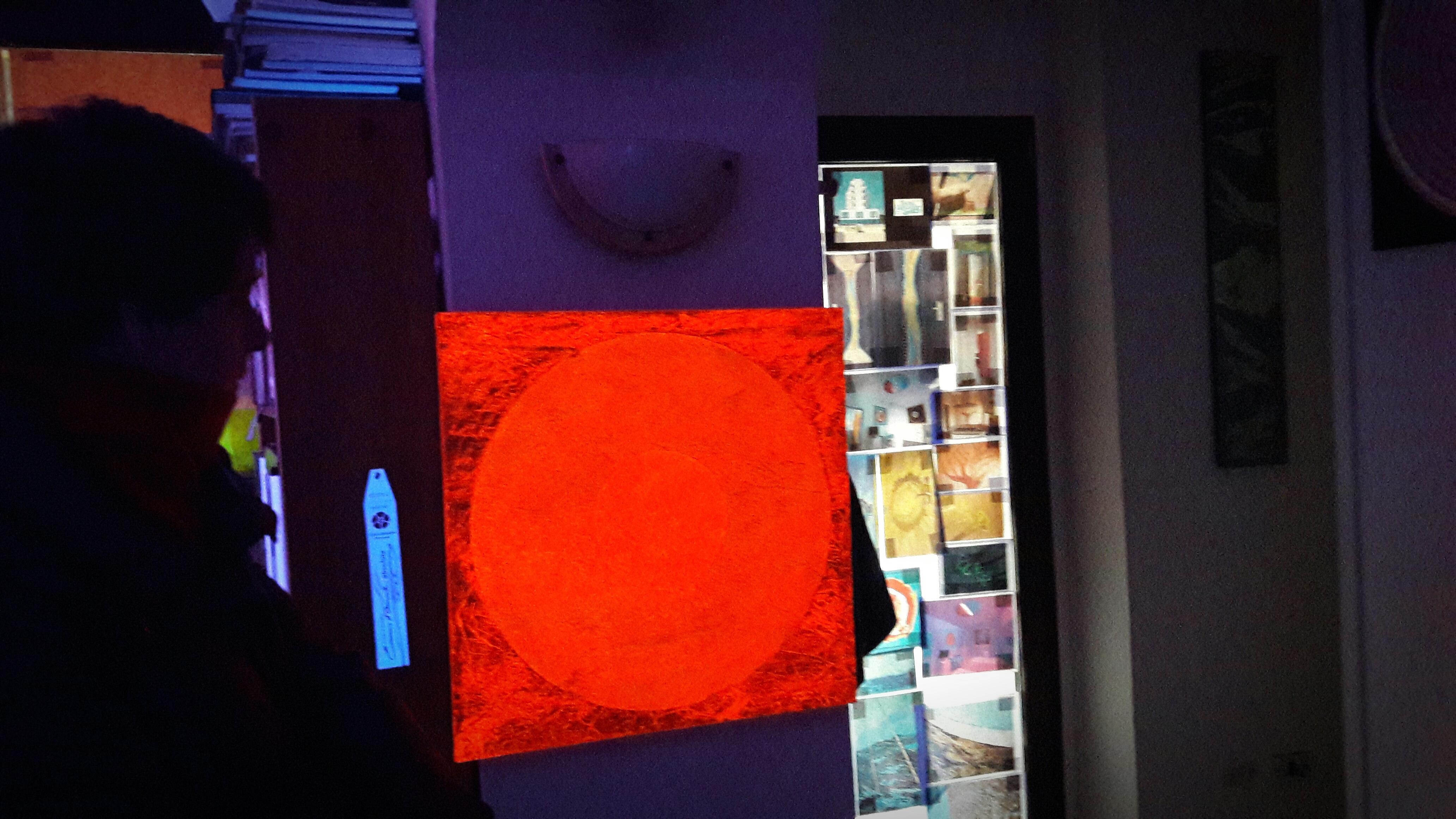 Arancione fosforescenti in una suggestiva visione al buio. Un'opera di LeoNilde Carabba