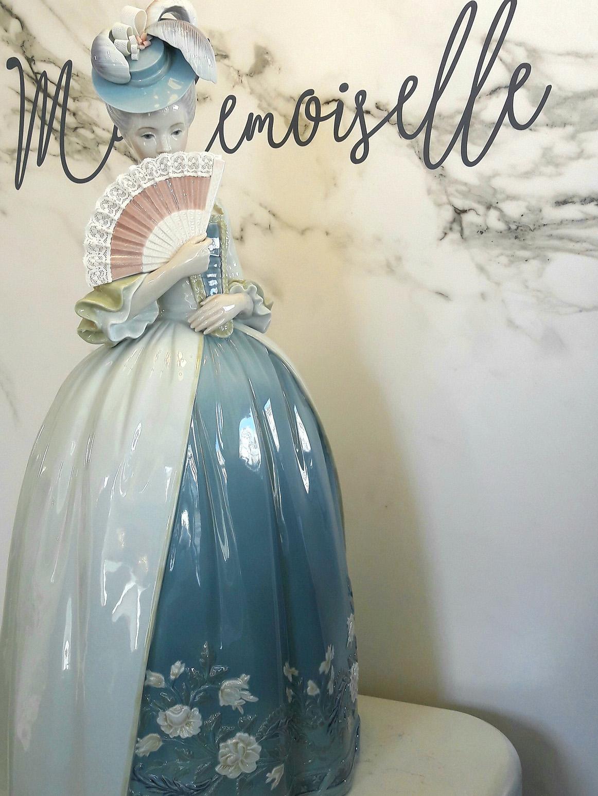 Nello showroom di Lladrò a Milano la silhouette di Mademoiselle.