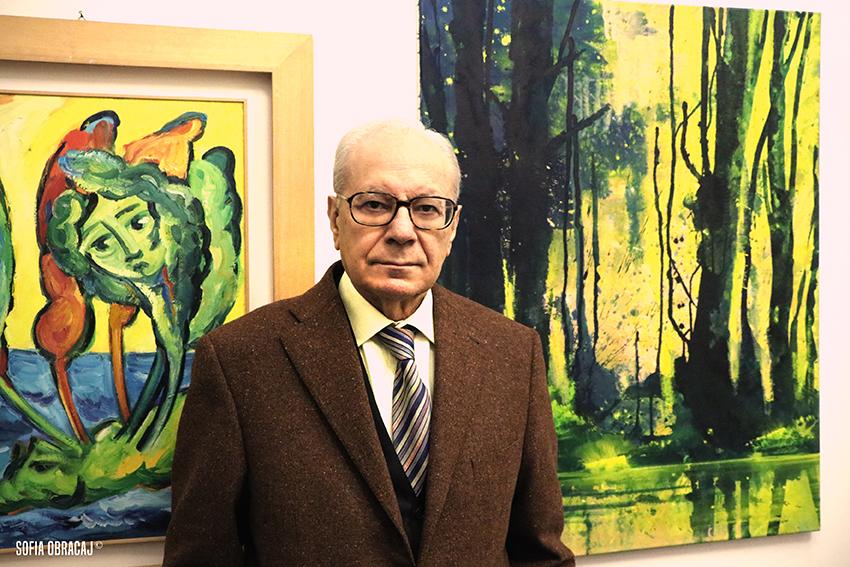 Ritratto di Enzo Cannaviello, alle spalle un dipinto di Bernd Zimmer