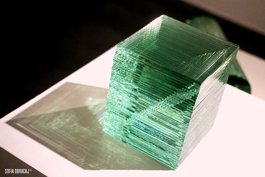 Il lavoro di Oki Izumi con lastre di vetro industriali