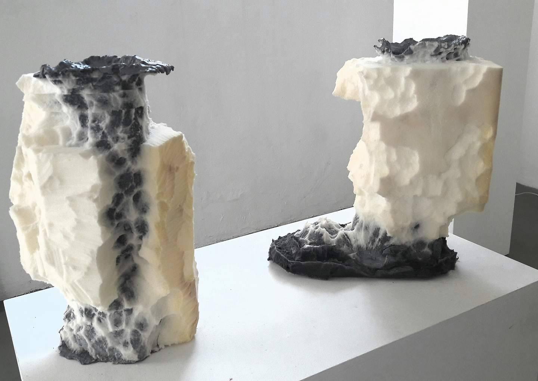 Metalinguaggio attraverso cemento e gommapiuma presso la galleria Salvatore Lanteri