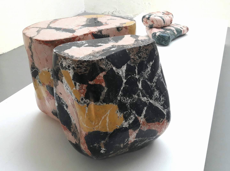 Polvere di granito, marmo e cemento, nel metalinguaggio scultoreo presso la galleria Salvatore Lanteri