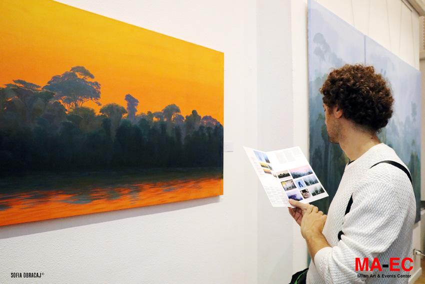 Un paesaggio con dominate arancione in mostra da MaEc