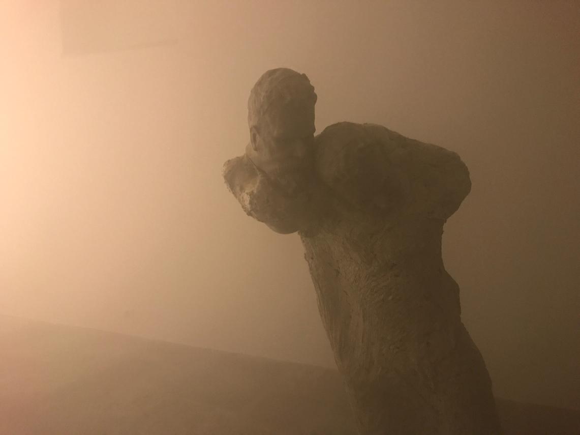 Scultura e doppio ritratto nella nebbia artificiale di Eud. Fondazione Arnoldo Pomodoro