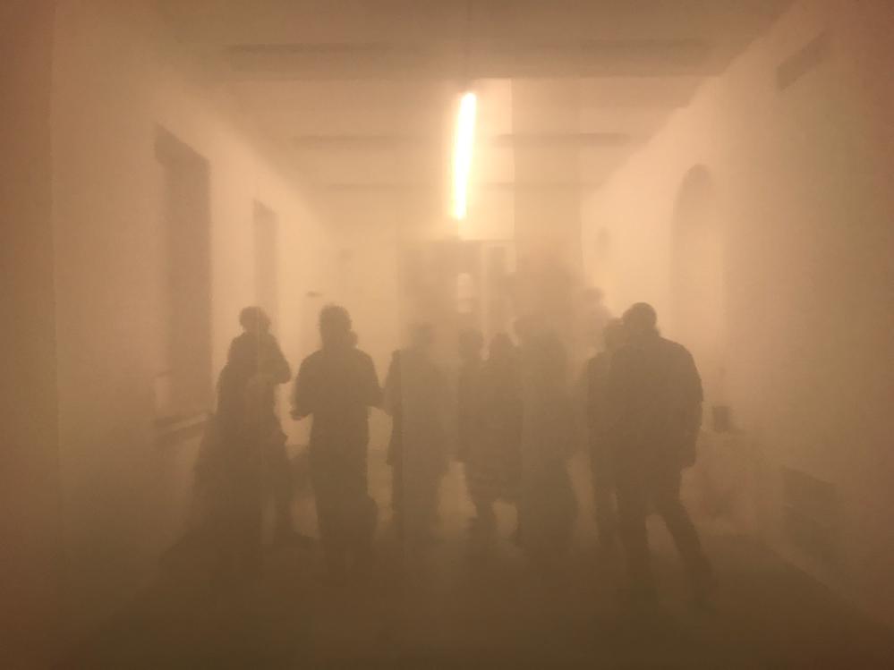 Sculture e Visitatori nella nebbia artificiale di Eud. Fondazione Arnoldo Pomodoro