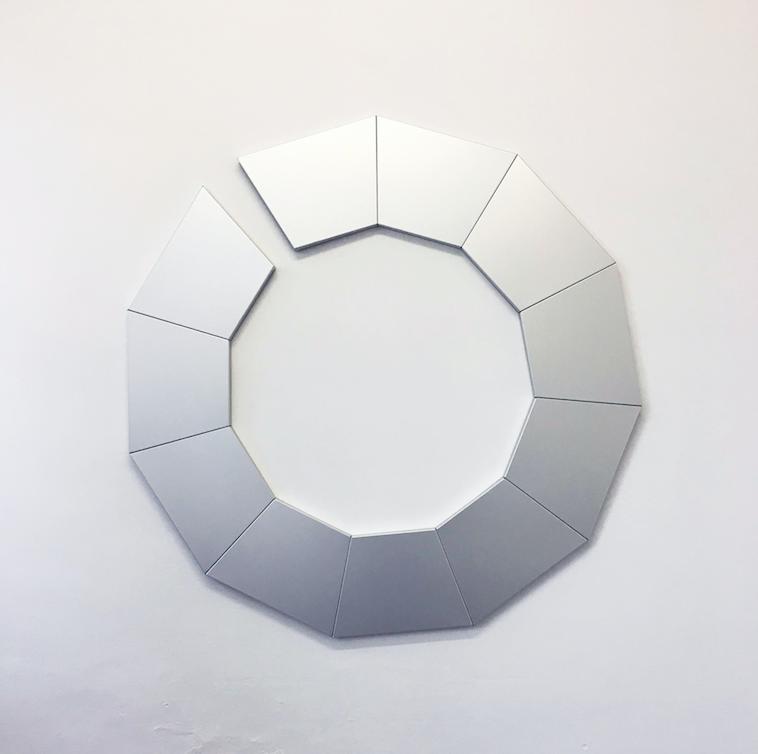 Geometria di 906090. Tra pittura e scultura con Monica Mazzone in mostra alla galleria Giuseppe Pero