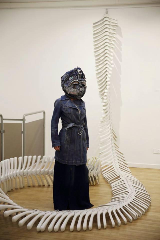 Installazione e maschera di Afran, mostra Involucrum