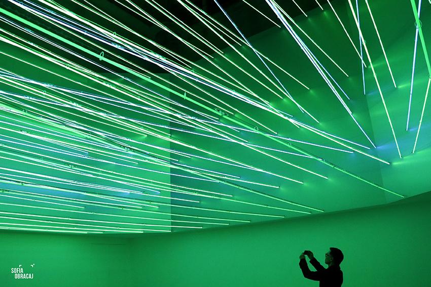 """Lucio Fontana, soffitto al neon per """"Italia 61"""", una foto dei visitatori"""