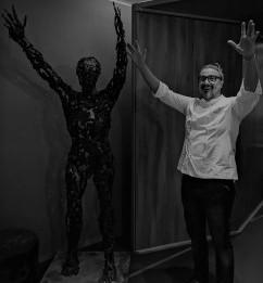 Alessandro Borghese con la scultura di Goldanica