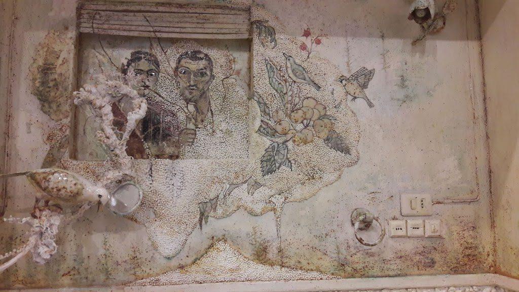 Namize, Saba Masoumian. particolare con citazione di affresco pompeiano