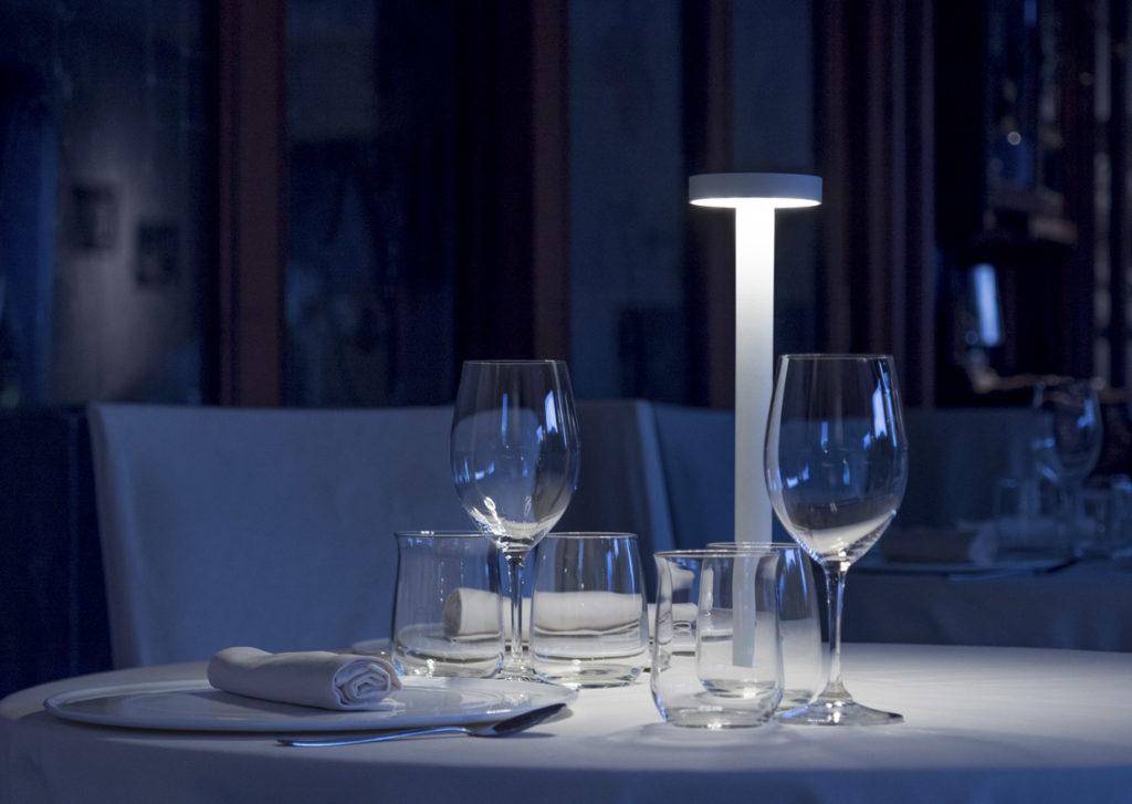 Il racconto della luce di Groppi. Tetatet, lampada da tavolo con base magnetica
