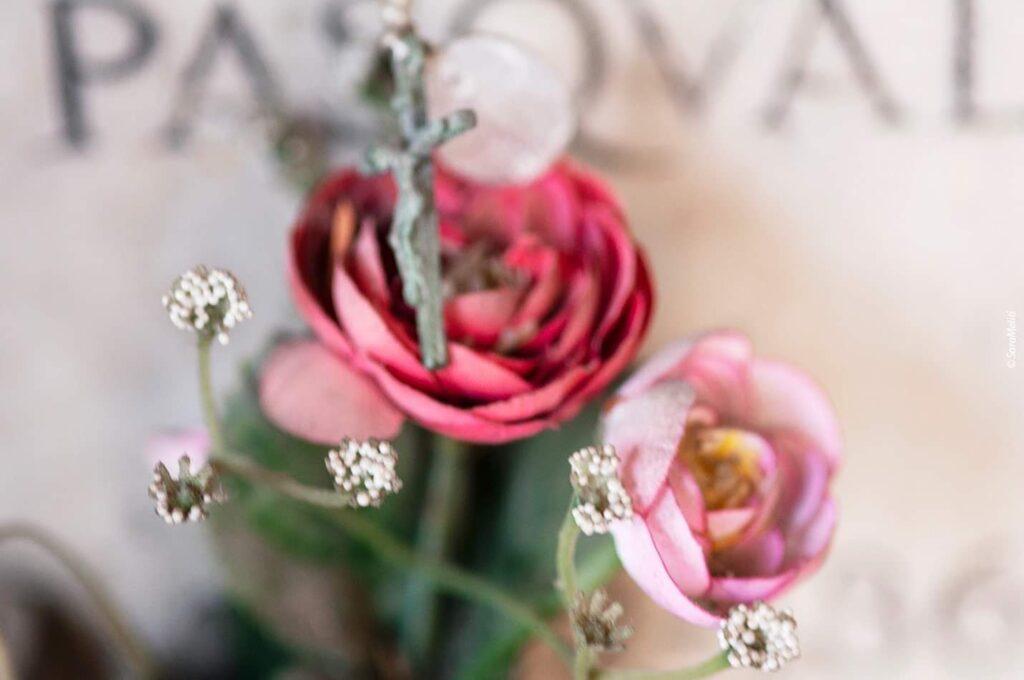 Fiori nei cimiteri. Progetto di Sara Meliti. Rose sintetiche. artscore.it