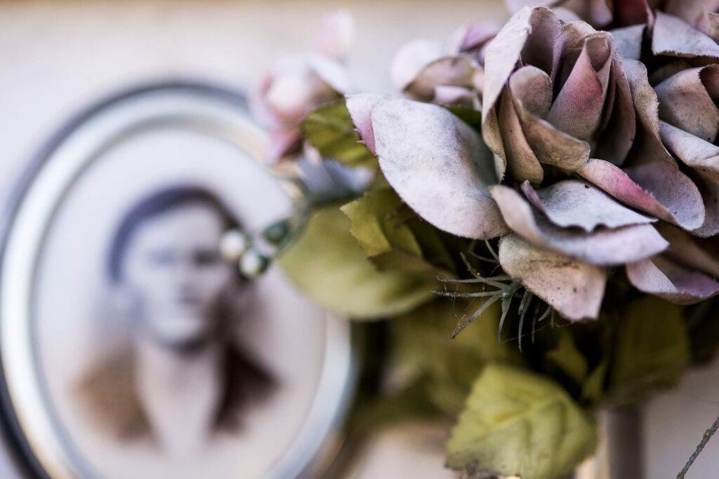Fiori nei cimiteri. Progetto di Sara Meliti. Rose per un famigliare. artscore.it