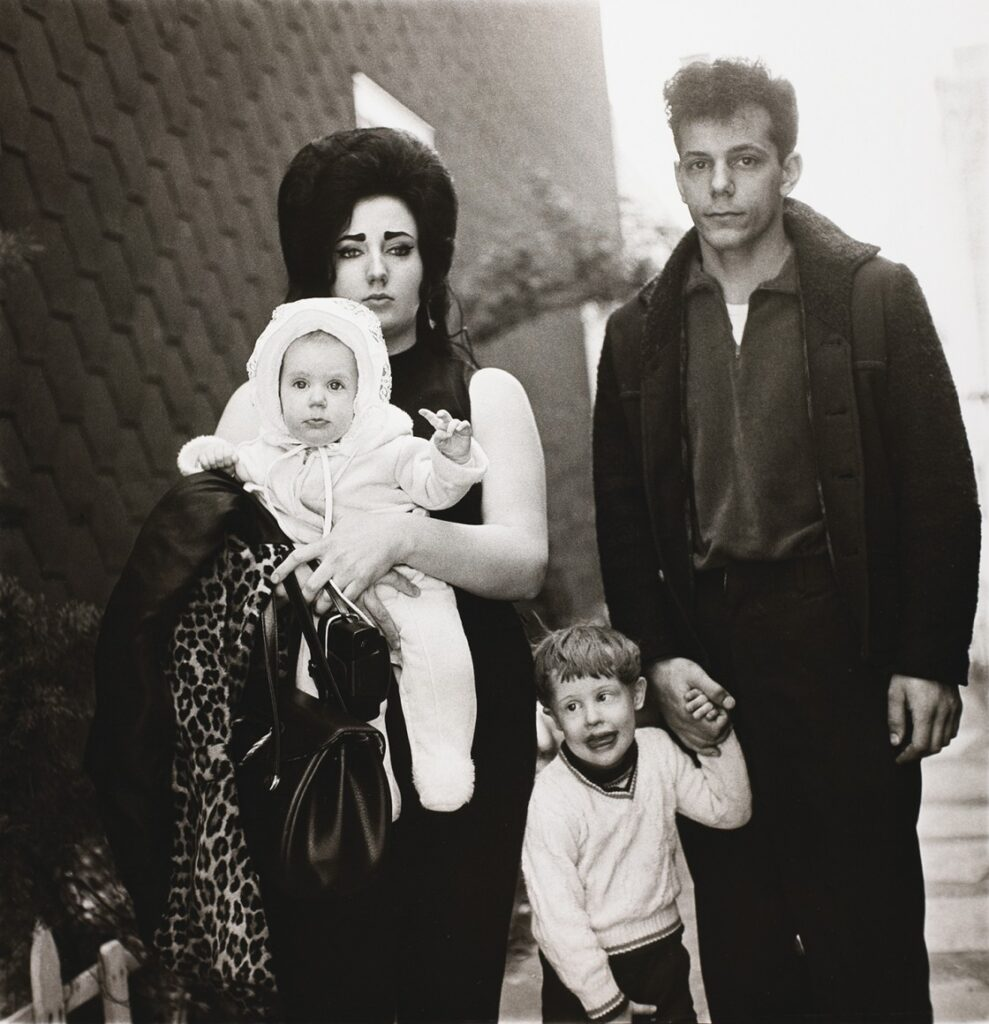 Diane Arbus, A young Brooklyn family going for a Sunday outing. artscore.it
