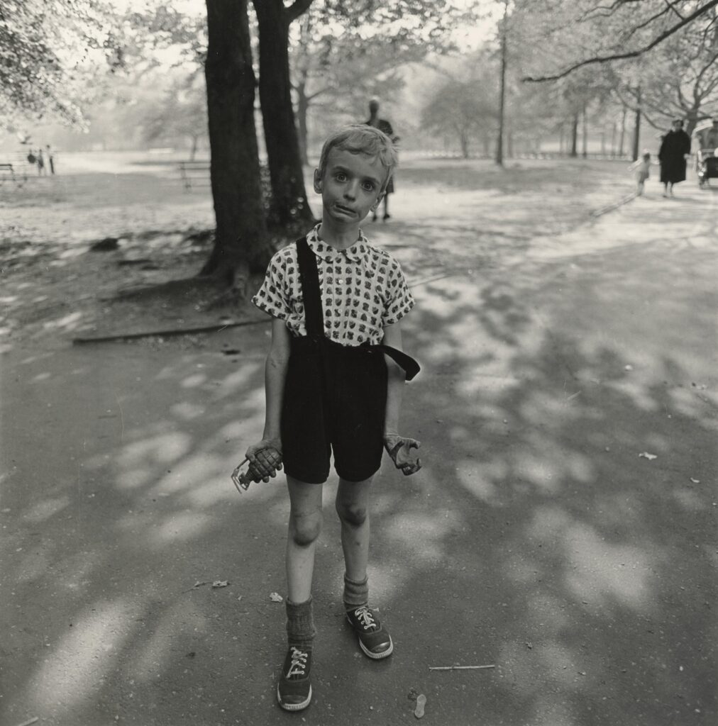 Diane Arbus, Child with a toy hand grenade in Central Park,1962- artscore.it