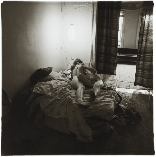 Diane Arbus, coppia sotto ad una lanterna, 1966- artscore.it