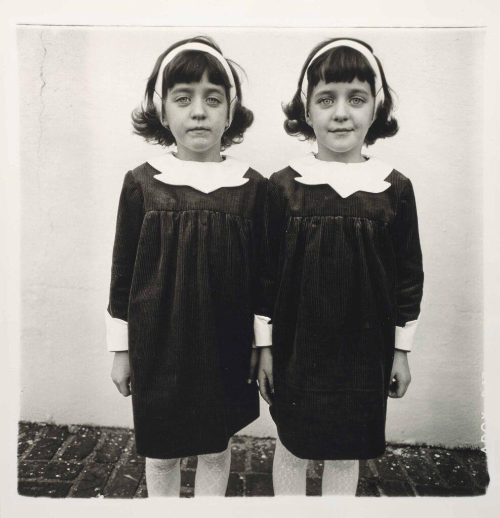 Diane Arbus, gemelle in una foto del 1967. artscore.it