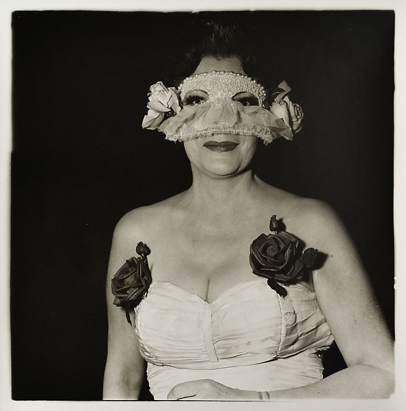 Diane Arbus, Lady at a masked ball,1967-artscore.it