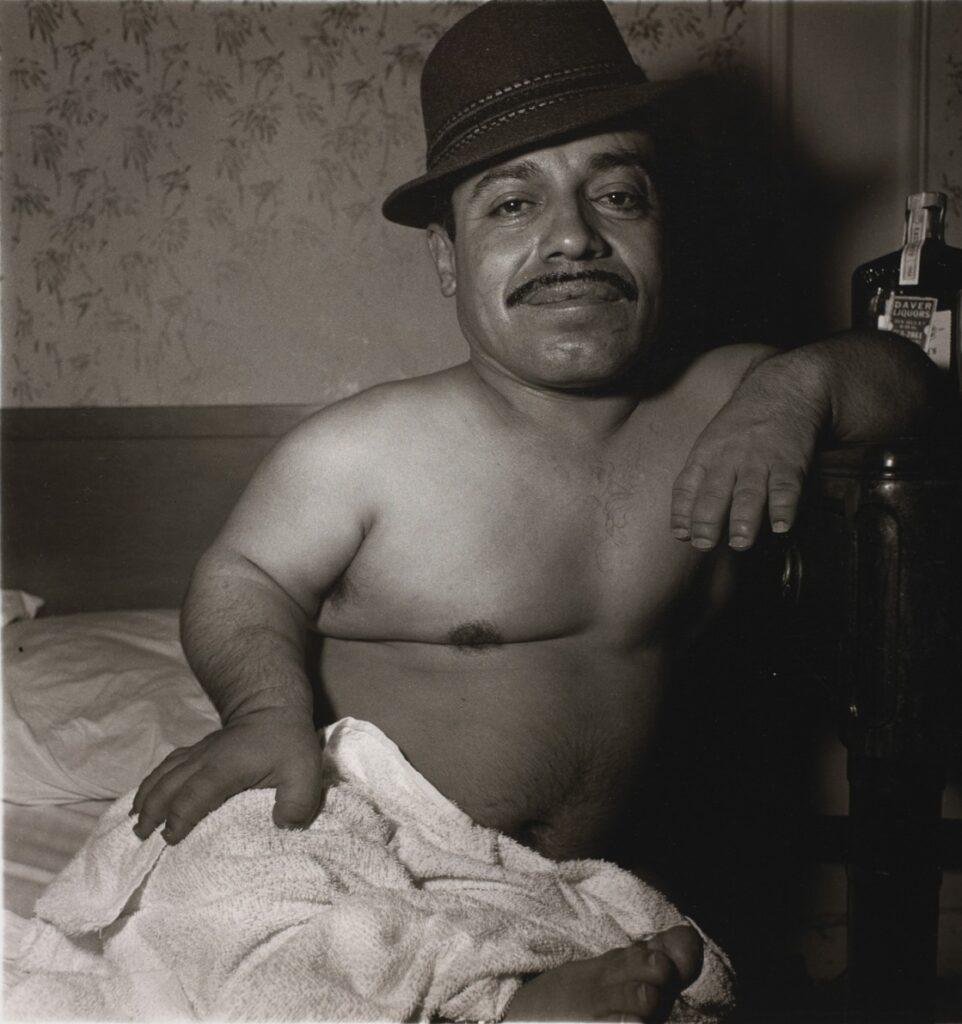 Diane Arbus, Mexican dwarf in his hotel room,1970- artscore.it