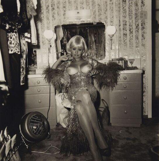 Diane Arbus, Topless dancer in her dressing room, artscore.it