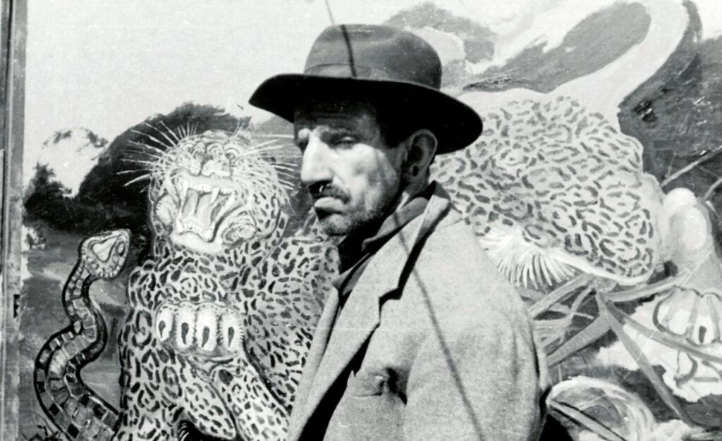 Il pittore Antonio Ligabue davanti ad un suo dipinto